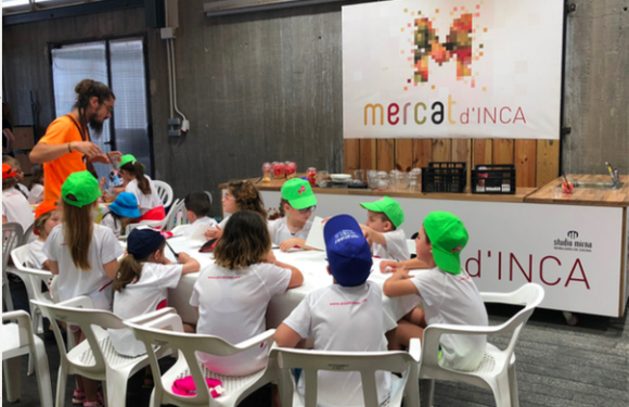 El Mercat dels infants , las escuelas de verano visitan el Mercat d'Inca